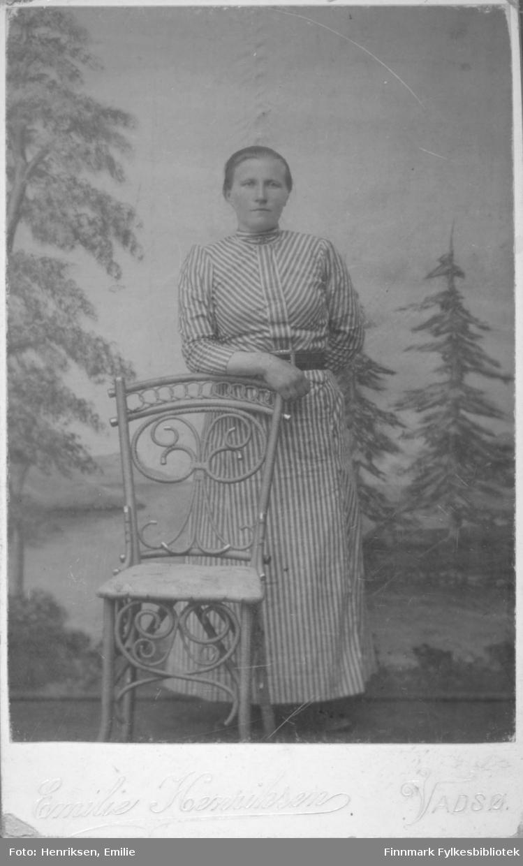 Visittkortportrett av en kvinne, muligens Sofie Löfgren, fotografert på fotoatelieret til Emilie Henriksen, Vadsø.