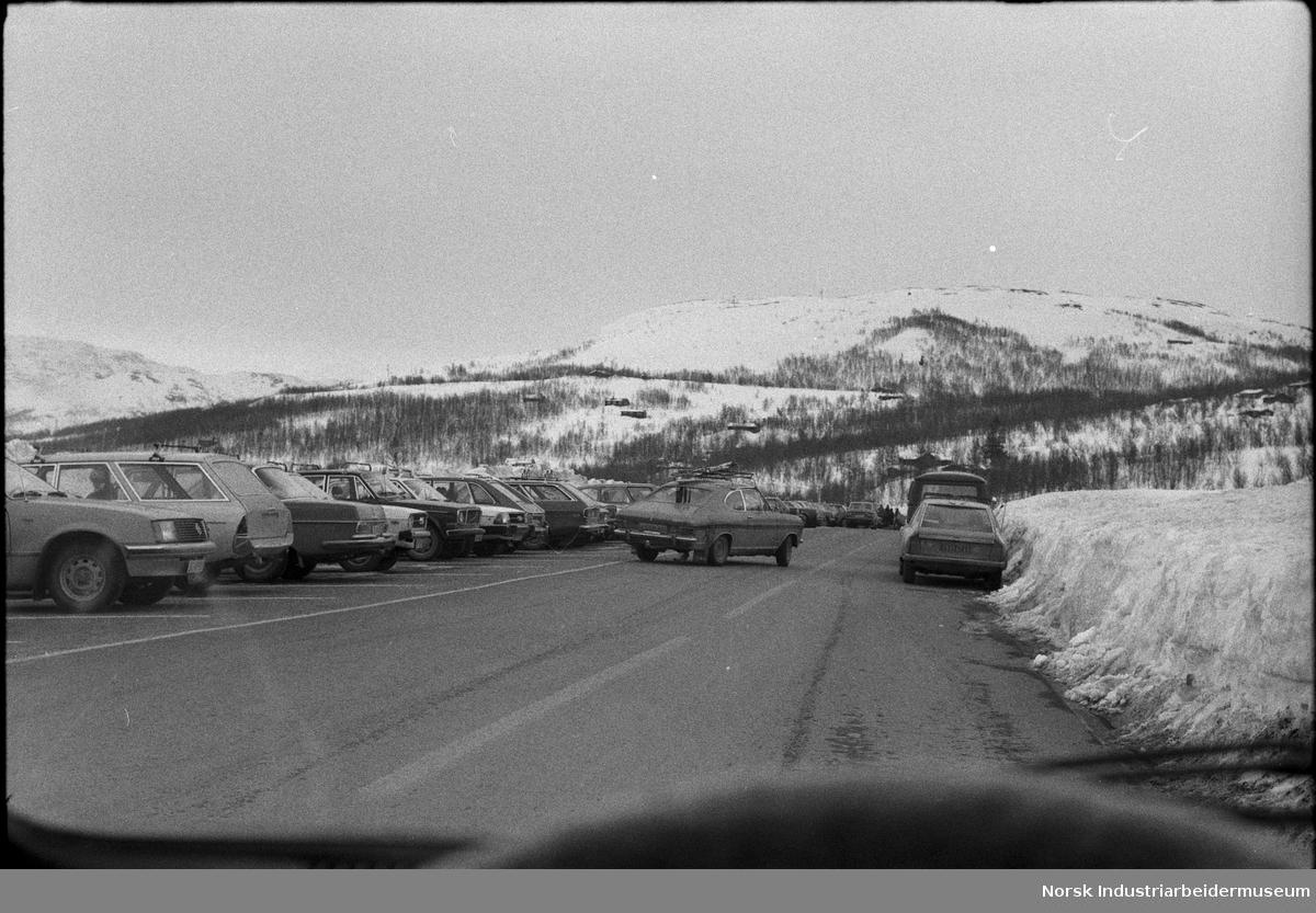 Påsketrafikk. Biler på vei og parkeringsplass på fjellet.