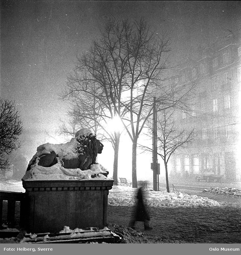 løveskulptur, snø, park, Grand Hotel