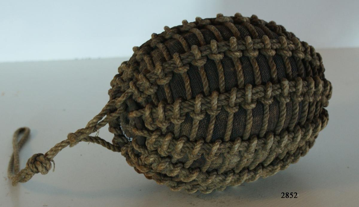 Slagna kulor, streckade (omtränsade) på olika sätt, s.k. märsläns eller ljuskulor, ovala. 1 st. Från slutet av 1600-talet