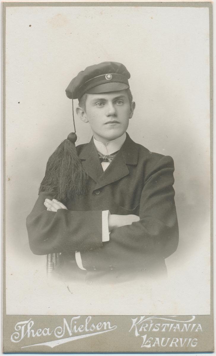 Karl Skallerud i studenterlue, portrett
