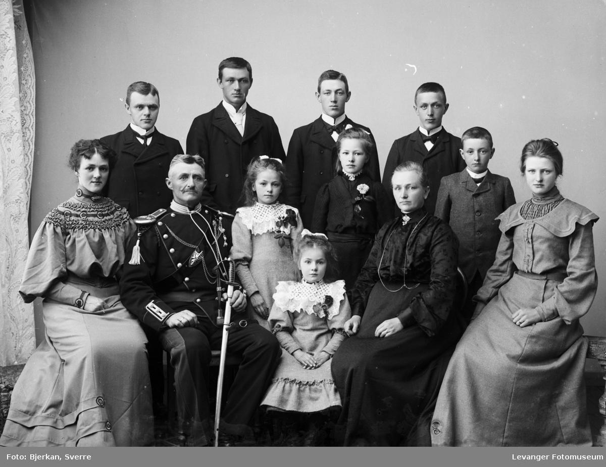 Gruppebilde av familien Oline og Paul Okkenhaug med sine 10 barn