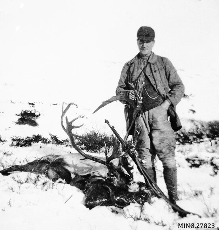 Torleif Jensson Bjøntegaard med skutt bukk. Ca 1930