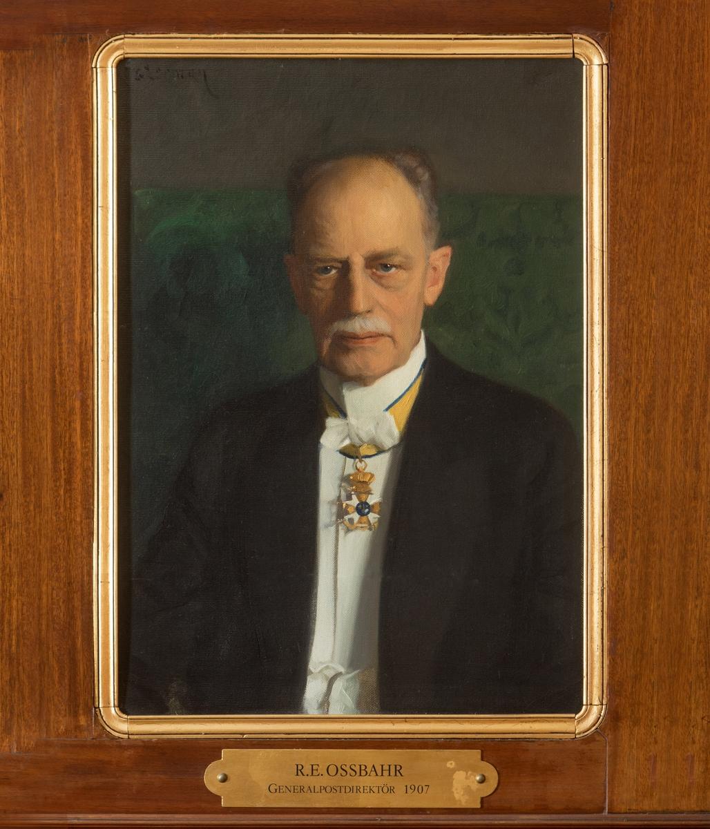 """Porträtt i olja av generalpostdirektör R.E. Ossbahr.  En mässingsskylt med text: """"R.E. Ossbahr, generalpostdirektör, 1907"""" tillhör."""