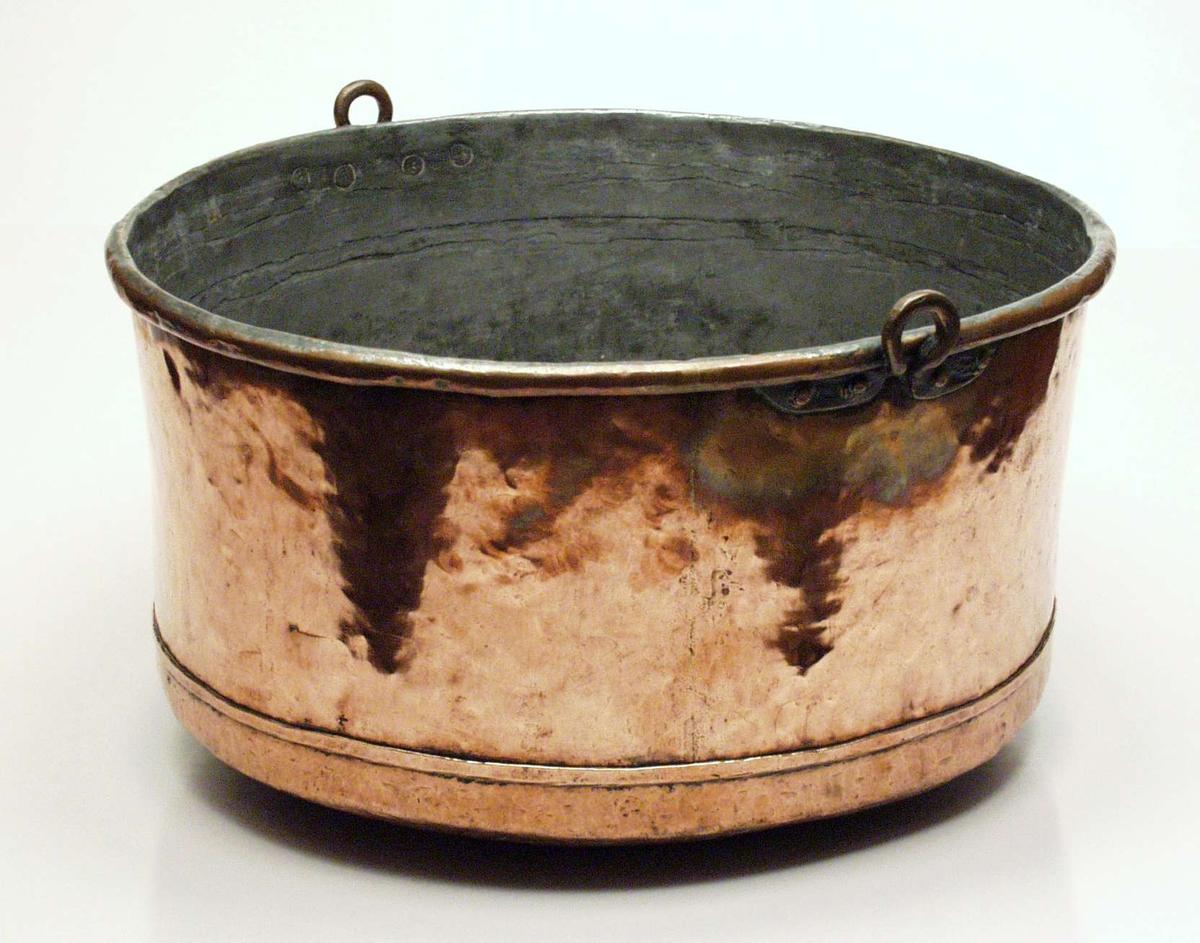 Sylinderformet kjele i kobber med rund bunn som bærer preg etter å ha stått over ilden