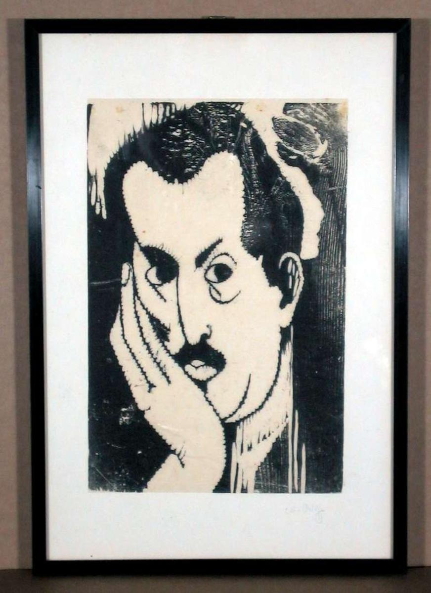 Portrett av mannsperson med høyre hånd under haken.