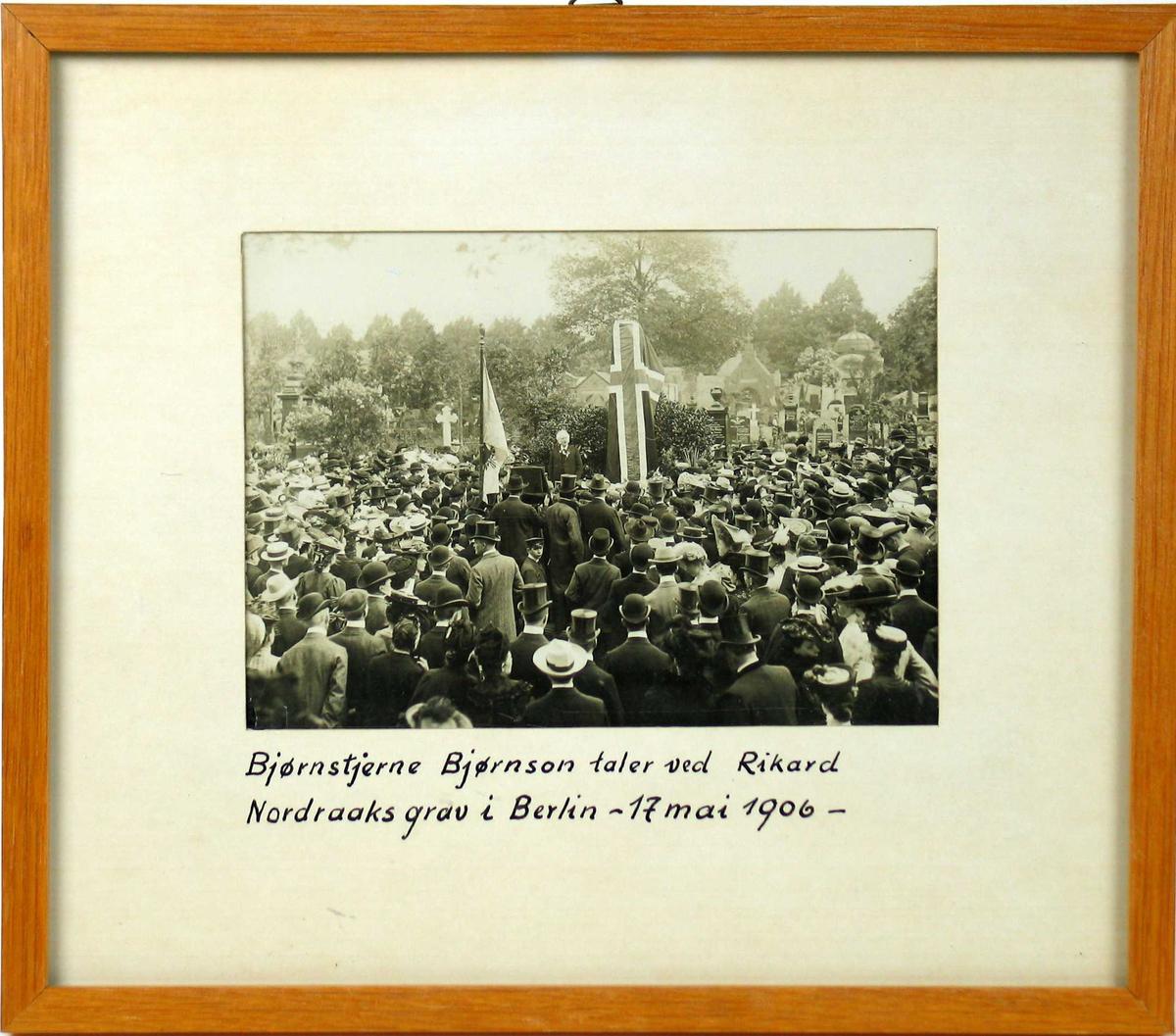 BB på talerstolen, stor folkemengde rundt. Det norske flagget dekker bautaen.
