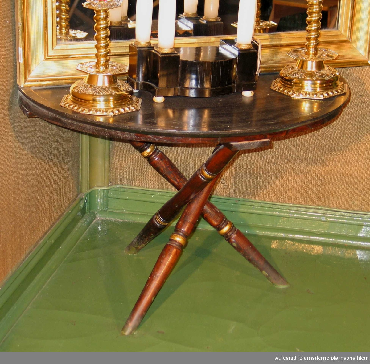 Bord med halvsirkelformet marmorplate på tre kryssede bein. Dreid ringprofil på benene som er brunbeiset og forgylt.
