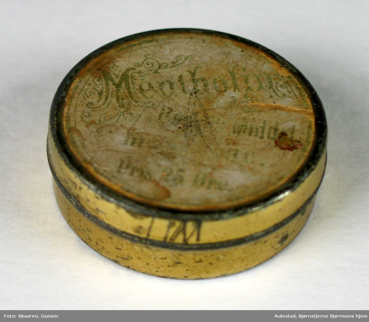 Sylinderformet boks i kartong med lokk. Innhold: små trepinner. Funksjon?