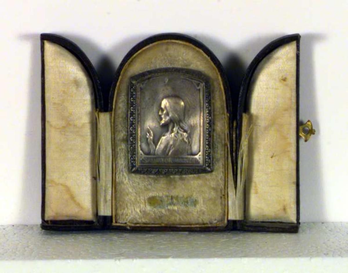En plakett med et relieff av Jesus Kristus.