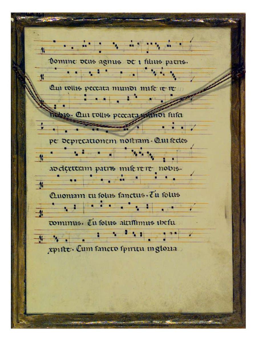 En side fra en messebok med tekst og musikk til deler av Credo og hele Sanctus. Teksten er på latin og med illuminerte bokstaver.