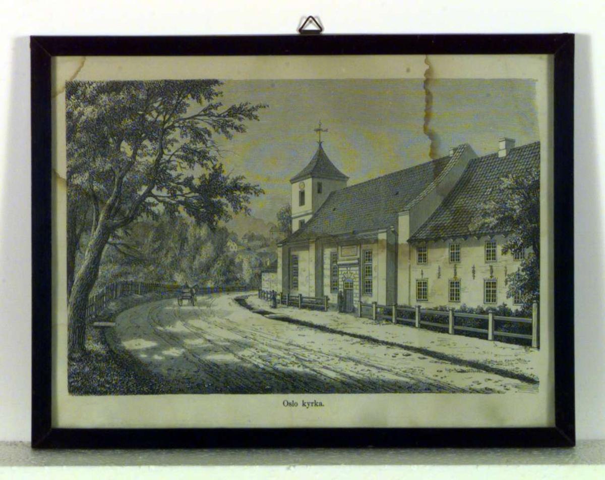 Bildet viser en kirke i Oslo. Langs kirken går det en vei hvor det kjører en mann med hest og kjerre.