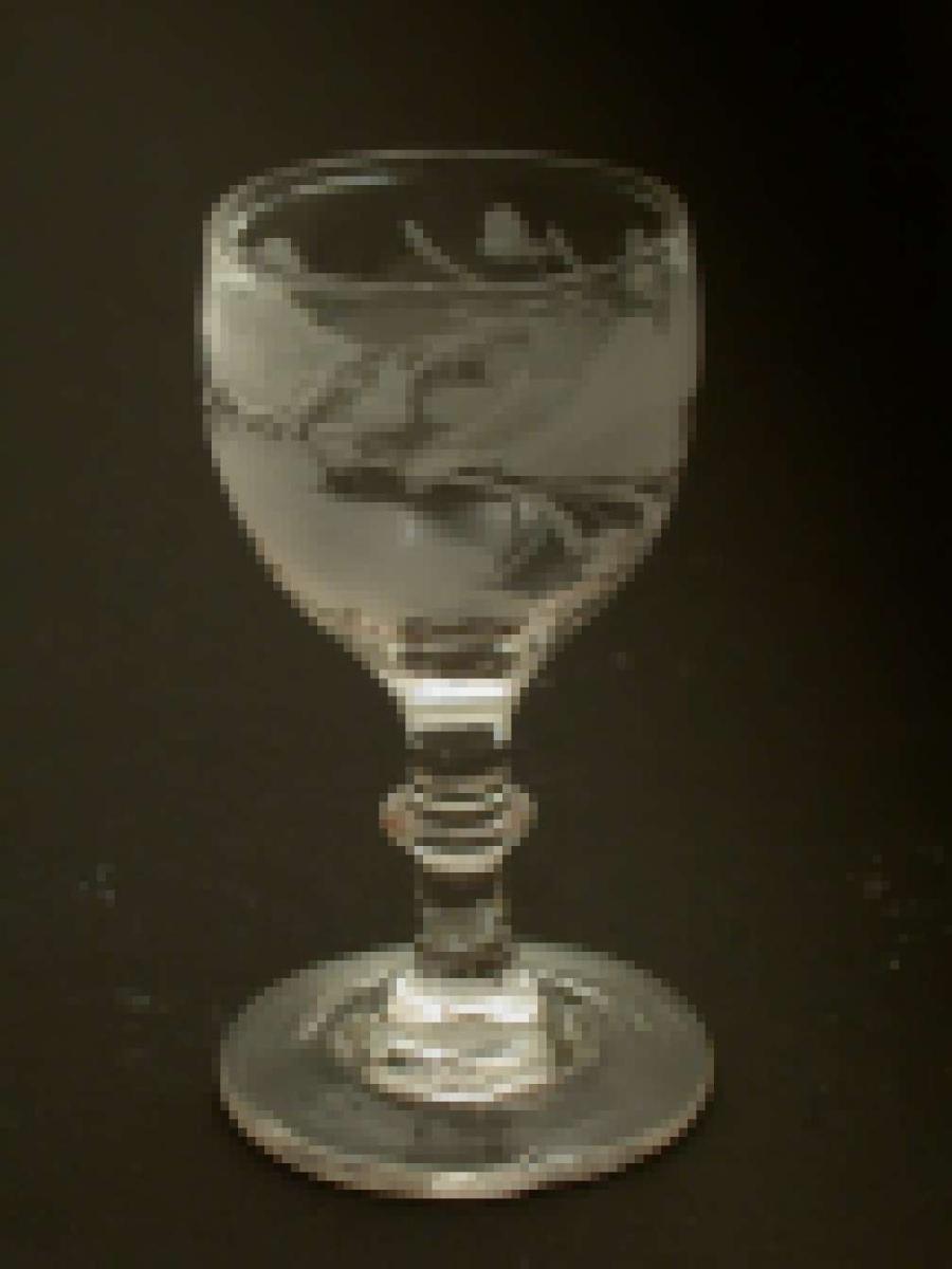 Brennevinsglass gravert med vinløv og druer.