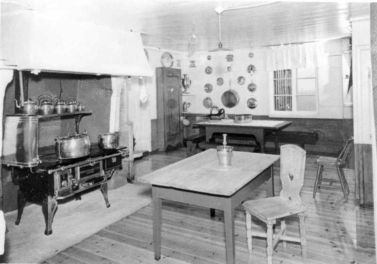 Aulestad, interiør, kjøkken, kjøkkenbord, ovn, mortel, stol