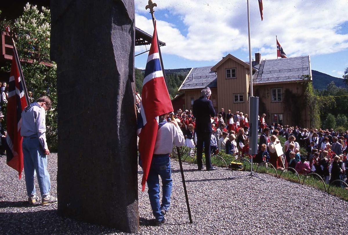 DOK:1990, 17. mai, bauta, speider, tale, flagg,