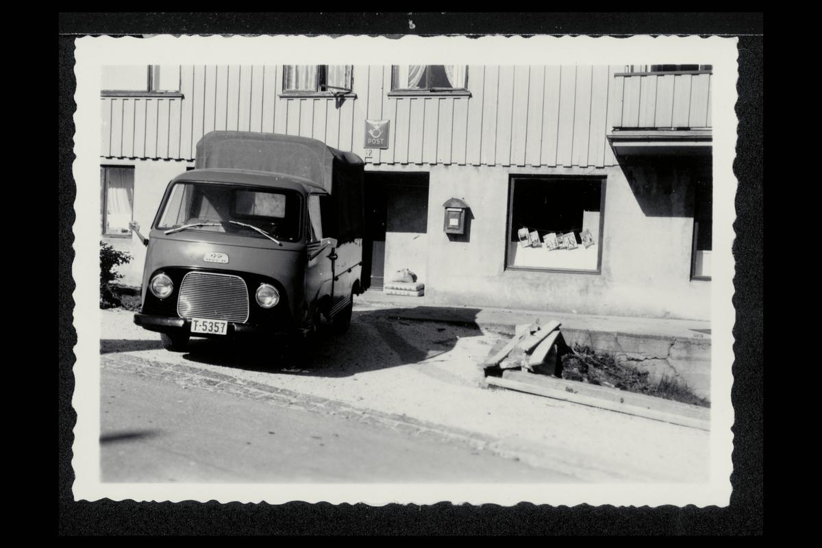 eksteriør, postkontor, 6500 Gomalandet, postkasse, postskilt, bil. Tysk Ford FK 1000 pickup, etter 1953.