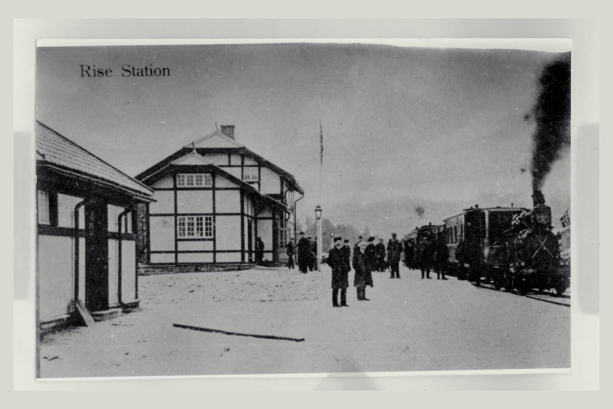 eksteriør, poståpneri, Rise, jernbanestasjon, tog, mennesker, Arendalsbanen