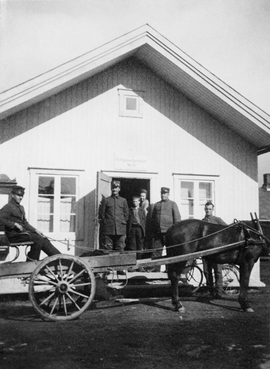 postkontor, eksteriør, feltpost, feltpostkontor nr. 11 på Værnesmoen 1911, kusk med hest og vogn, hus, fem personer foran døra, sykkel, skilt