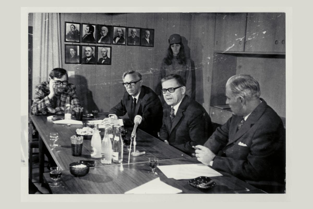 interiør, postkontor, 4001 Stavanger, menn, kvinne, uniform