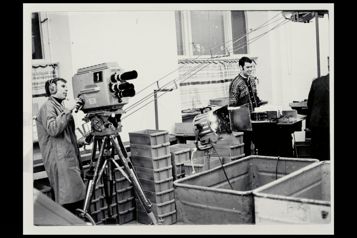 interiør, brevavdelingen, 2 mann, filmopptak