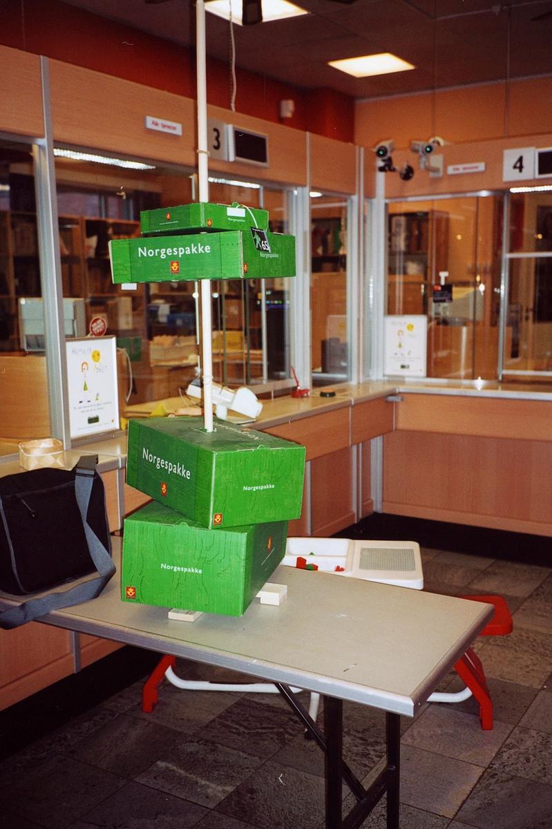 interiør, postkontor, 2000 Lillestrøm, skranke, Norgespakken utstilt på stativ, bord