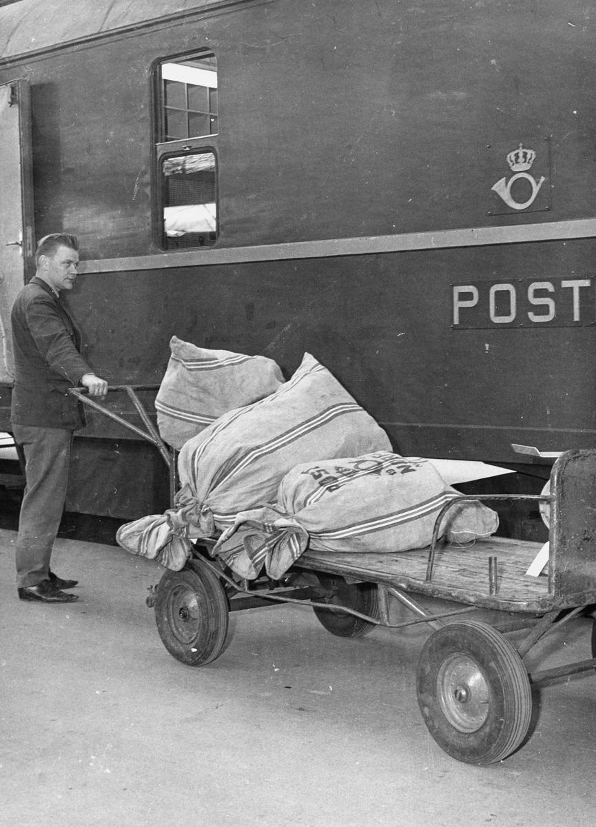 transport, tog, eksteriør, Bergensbanen, postvogn postsekker, mann