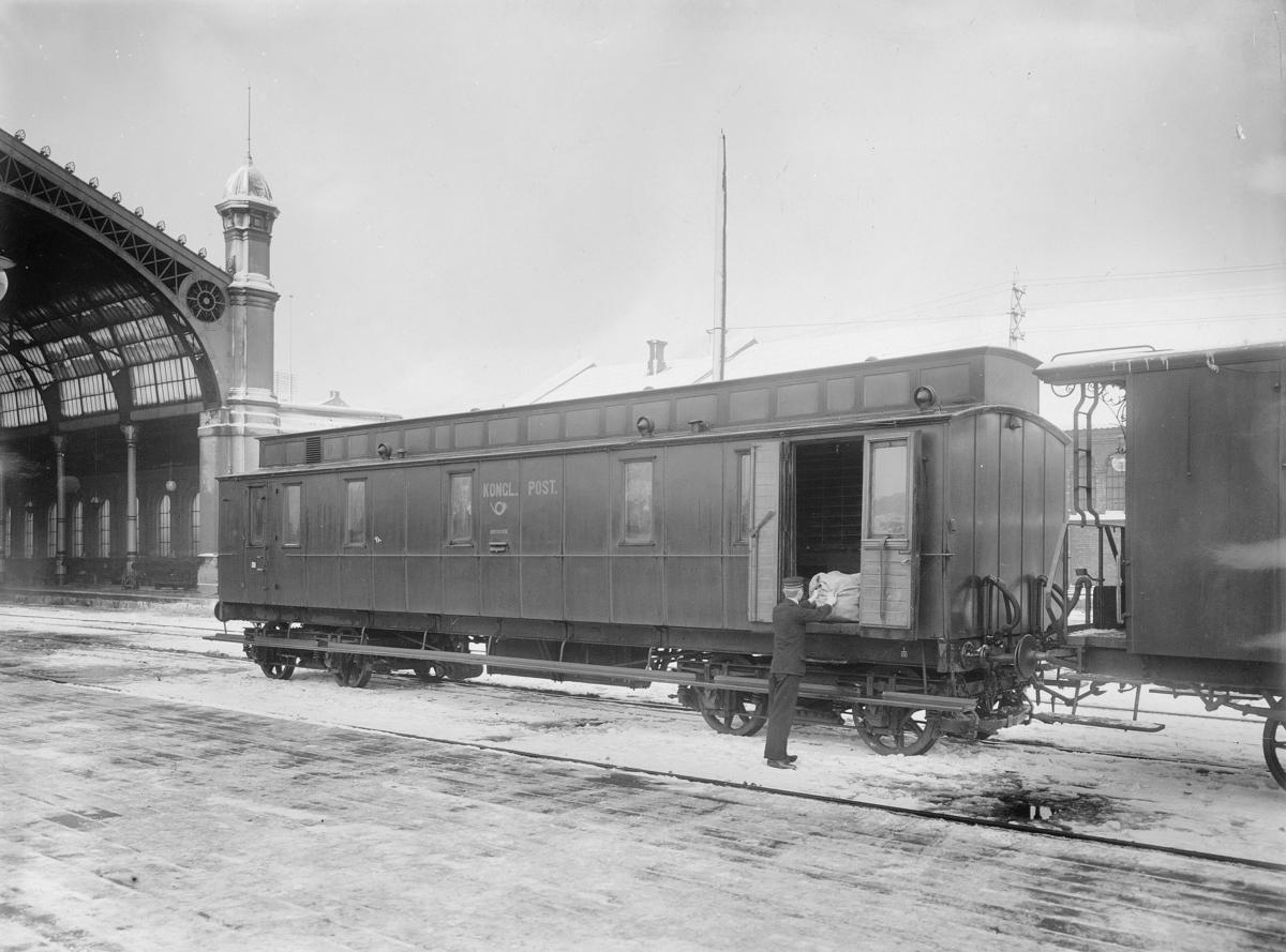 transport, tog, eksteriør, Oslo, Oslo-Ed, postvogn, postkasse, postsekk, mann