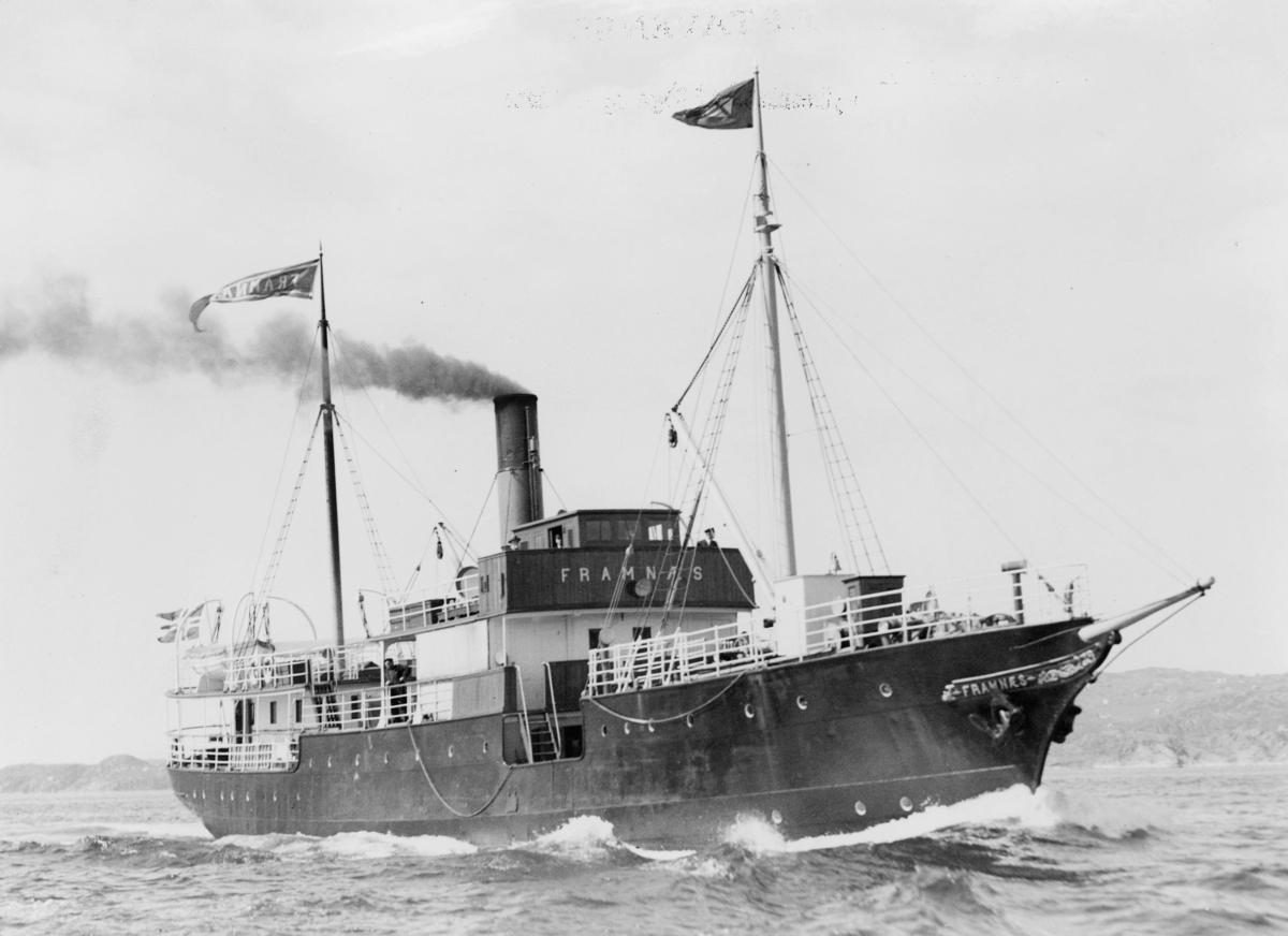 """Laste- og passasjerskip, eksteriør, D/S """"Framnæs"""", i åpen sjø. Første skipet til FSF. Ruteskip i nesten hundre år."""