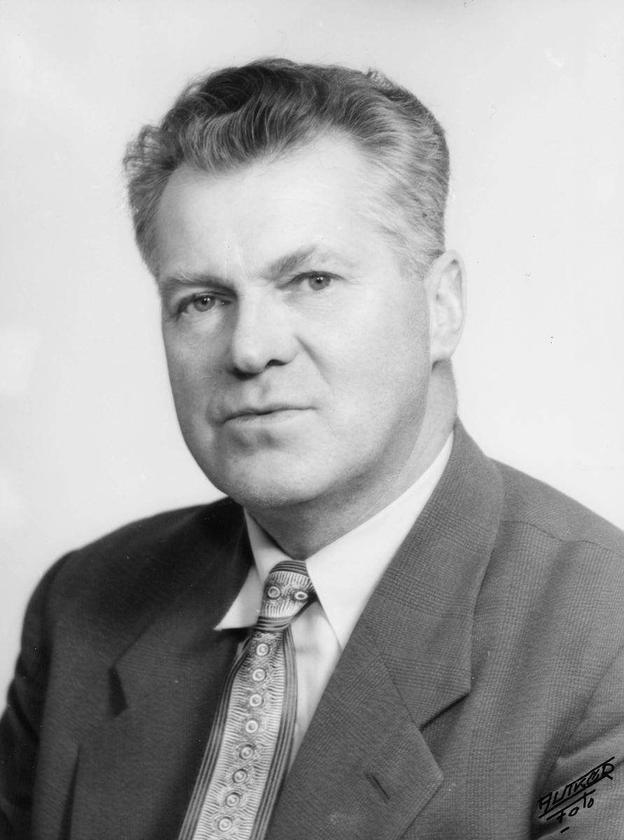 portrett, mann, postmester Kåre Luth-Hanssen