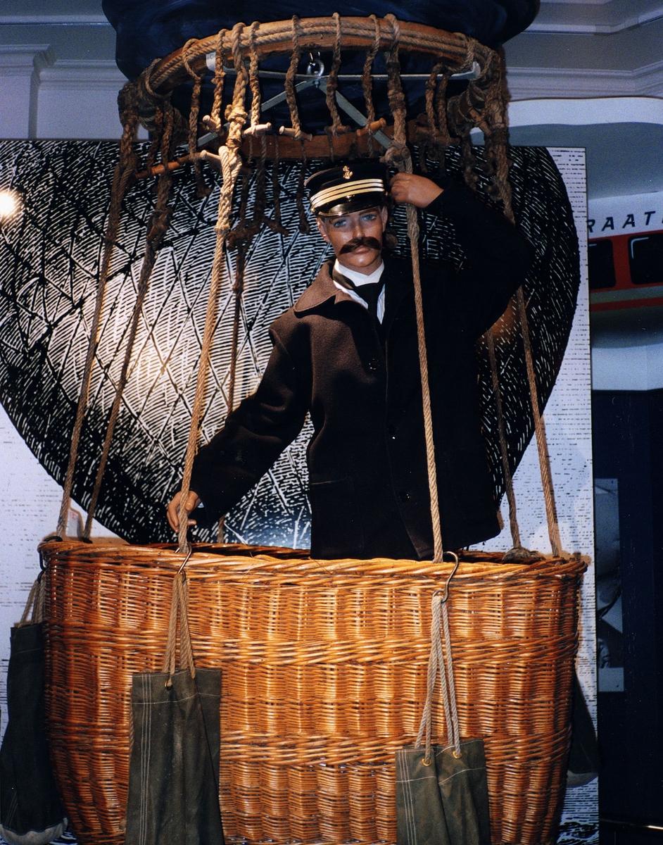 """Postmuseet, utstilling, """"Luftpost i Norge - fra ballong til jet"""" ballongkurv/gondol, La Ville d'Orleans."""