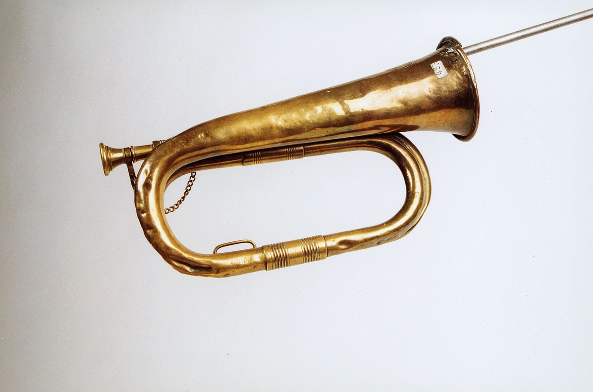 Postmuseet, gjenstander, posthorn, trompettype, lenke, tuten er sprukket.