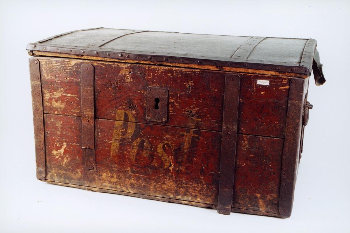 """Postkiste i treverk med beslag av jern og bærehåndtak av jern. Låsbar.  Påmalt ordet """"Post"""" Rødbrun, men malingsslitt."""