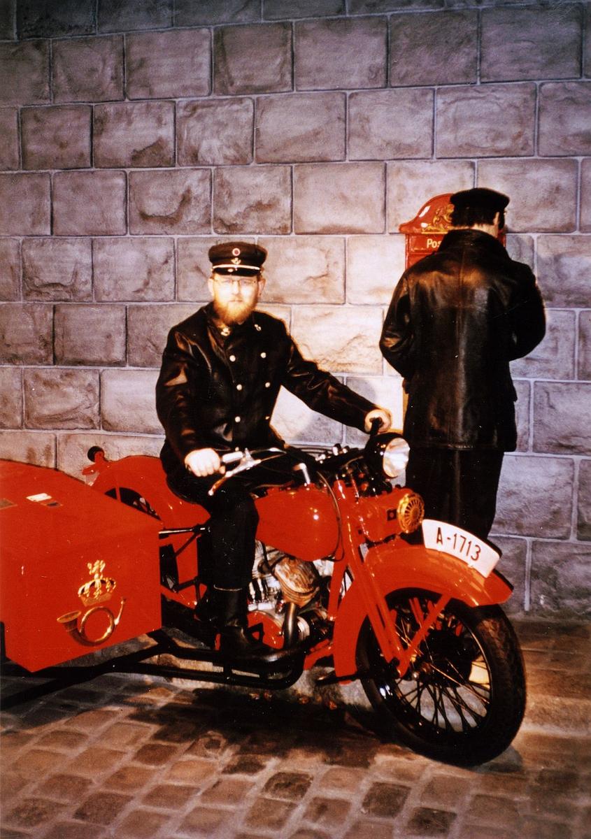postmuseet, gjenstander, motorsykkel., Harley Davidson, A-1713, Arvid Løhre i postuniform sitter på sykkelen
