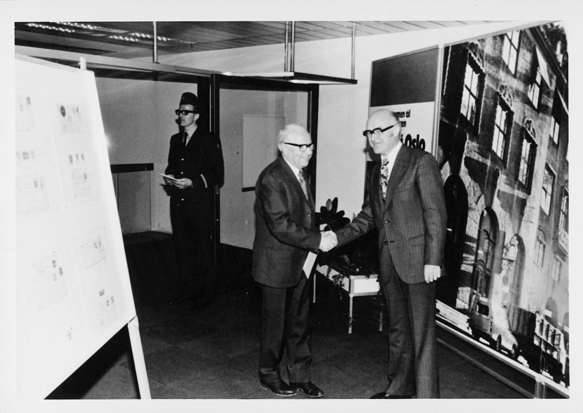 markedsseksjonen, Oslo postgård 50 år, utstilling, Magne Karlsen, 2 menn, filateli