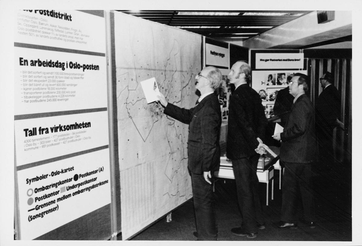 markedsseksjonen, Oslo postgård 50 år, utstilling, byhistorie, 3 menn, informasjon, kart