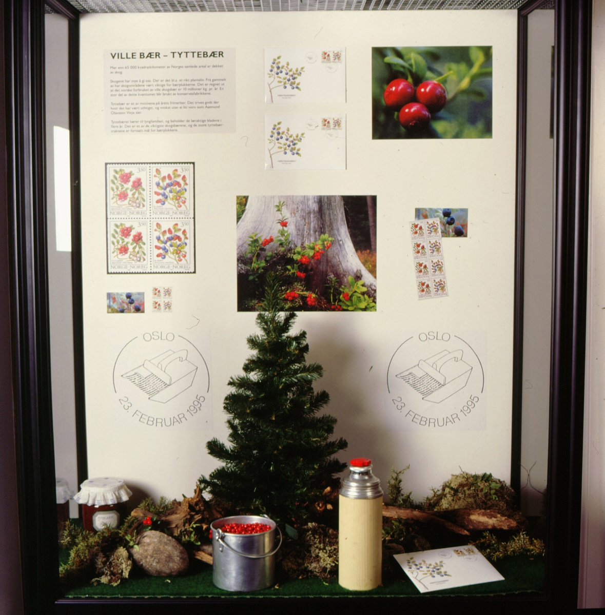 postmuseet, Kirkegata 20, utstilling, frimerker, NK 1223, skogsbær, tyttebær, 23. februar 1995, termos, spann, grantre, syltetøykrukke