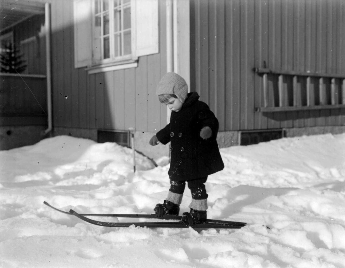 Vinter. Liten gutt på ski. Gunnar Berge.