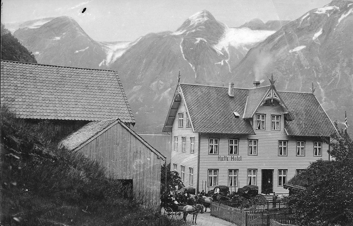 Bygninger, Hjelle Hotel, Stryn ?, hestetransport utenfor, høye fjell