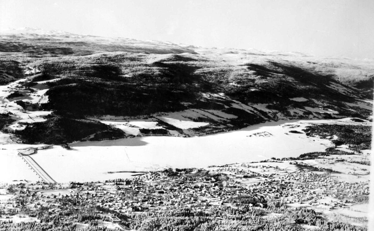 Flyfoto, Lillehammer by, mot utløp av Lågen, Vingnes bru, Saksumdalskjølen, vinter