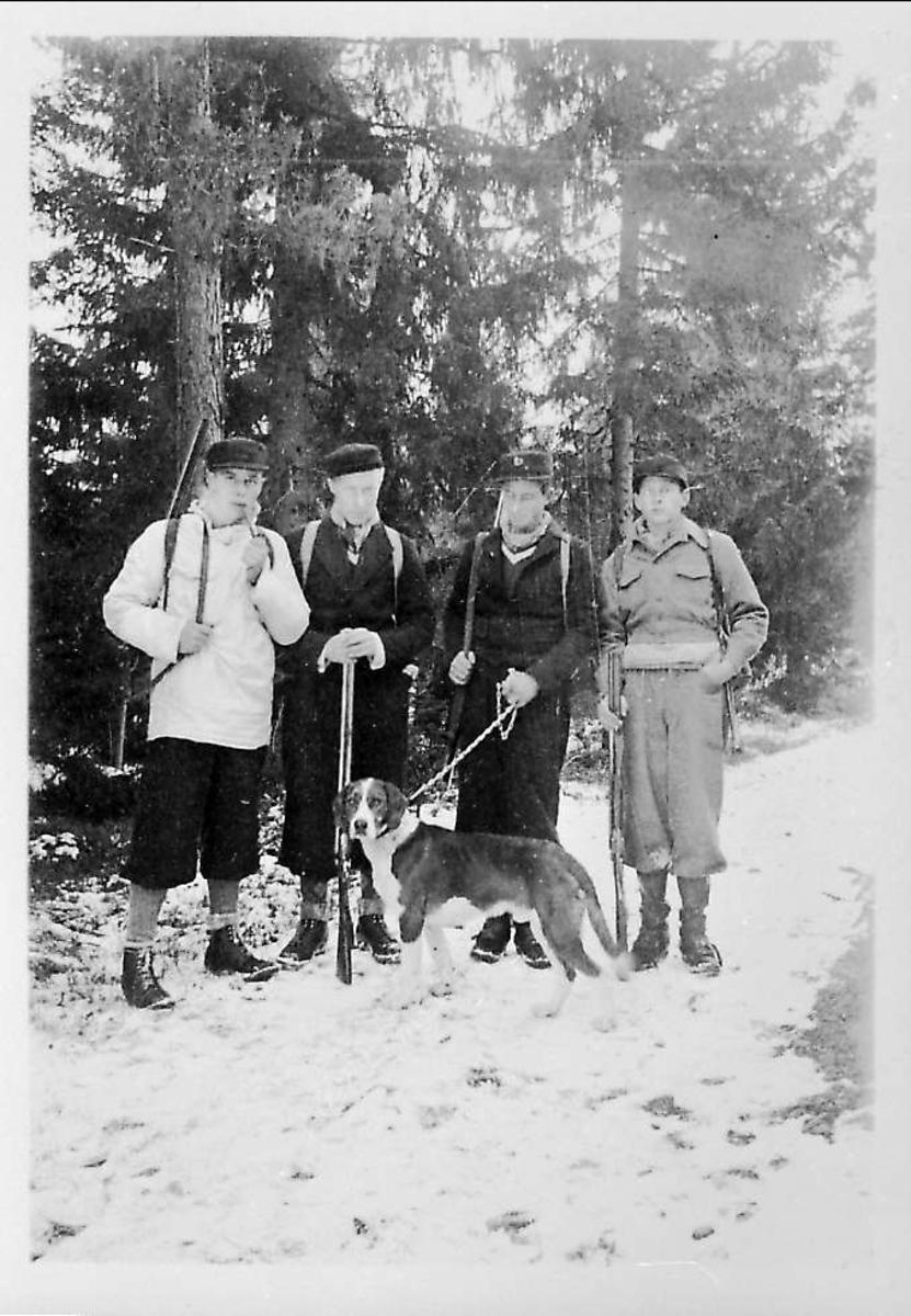 Fire menn, hund, jakt