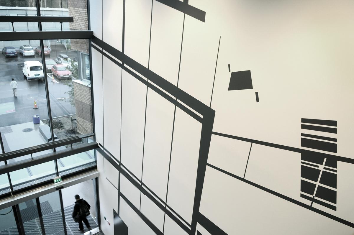 Aamodts tre veggmalerier tar utgangspunkt i de rommene de befinner seg i, og leker seg med perspektivet og forholdet mellom romlighet, flate og optiske bedrag. Elementer fra arkitekturen og interiøret i bygningen er avbildet i størrelsesorden én til én, men forenklet og forskjøvet. Motivene er malt i grått, som føyer seg inn i fargene i bygget og kan ligne skygger fra elementer de gjenspeiler. Bygningselementer som vindusflater, rekkverk og elektroniske detaljer er fotografert, bearbeidet digitalt, og malt opp på veggen som skyggebilder eller silhuetter. Verkene har en overraskende effekt, det er ikke alltid lett å se hva som er rom og hva som bare er malt rom.