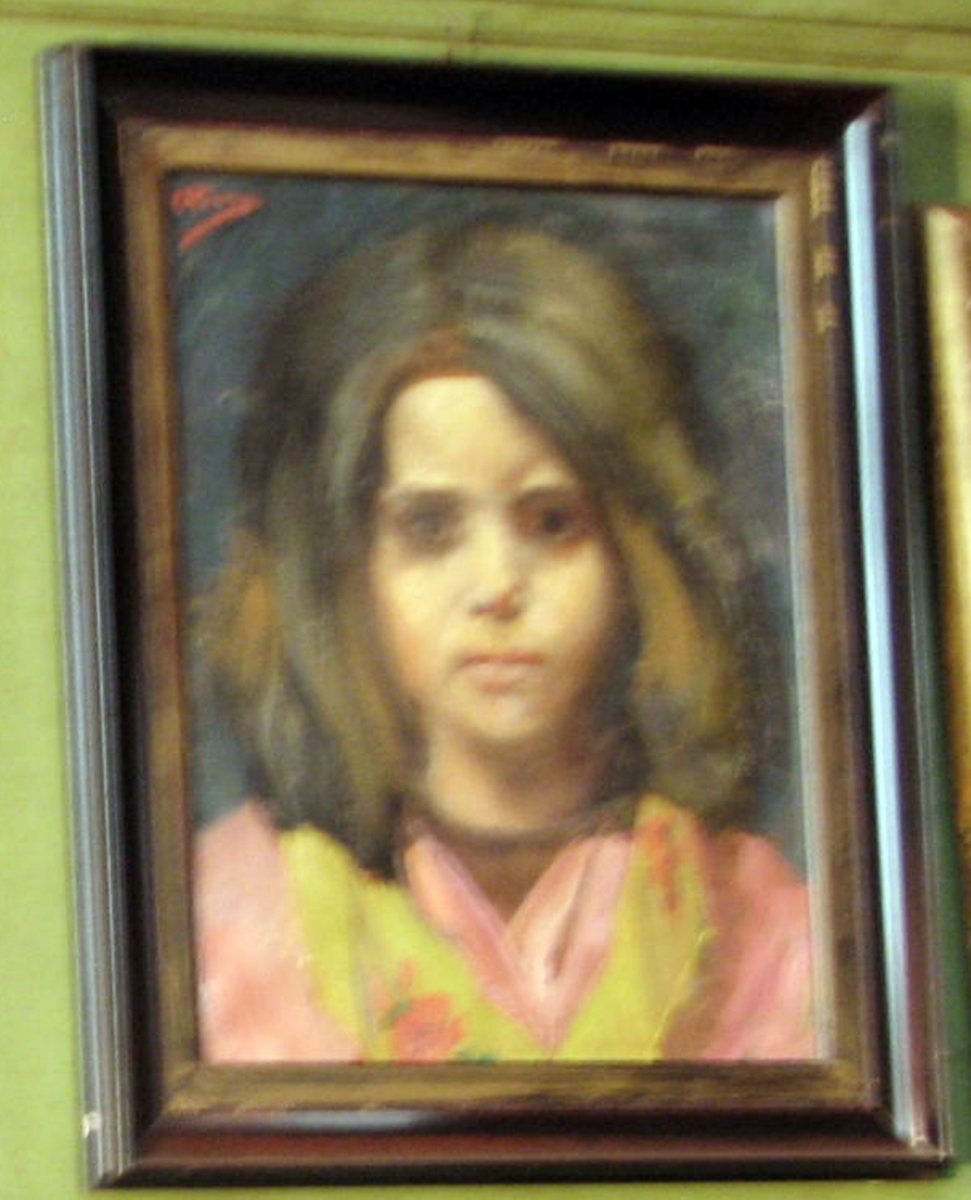 Rektangulært. Brystbilde, pike, frontal, mørkt hår og øyne, rosa og gulgrønn drakt, blå bakgr.