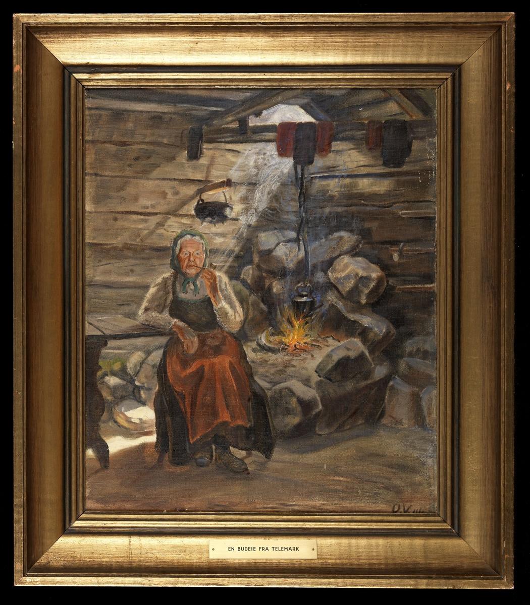 Interiør; grue uten hette i hj., tømmervegger, snipp av bord, sittende gammel kvinne som røker pipe, rødt forkle