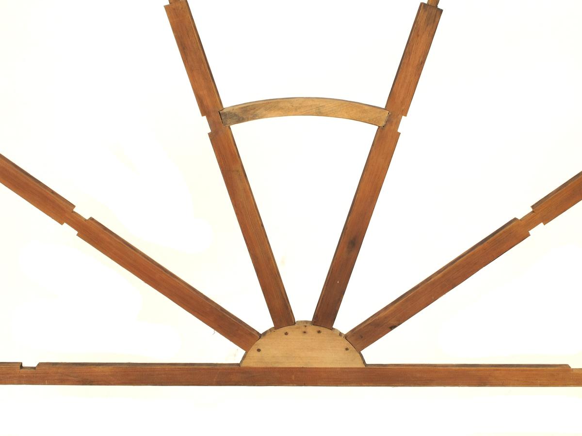 Modell til vindu eller overlys. halvsirkelformet.  Halvsirkelformet  med 4 radiære sprosser.  noe tykkere i nedre del.  En buet tverrsprosse pa.  Tilstand: mangler antag. noen små detaljer.  Ellers god.