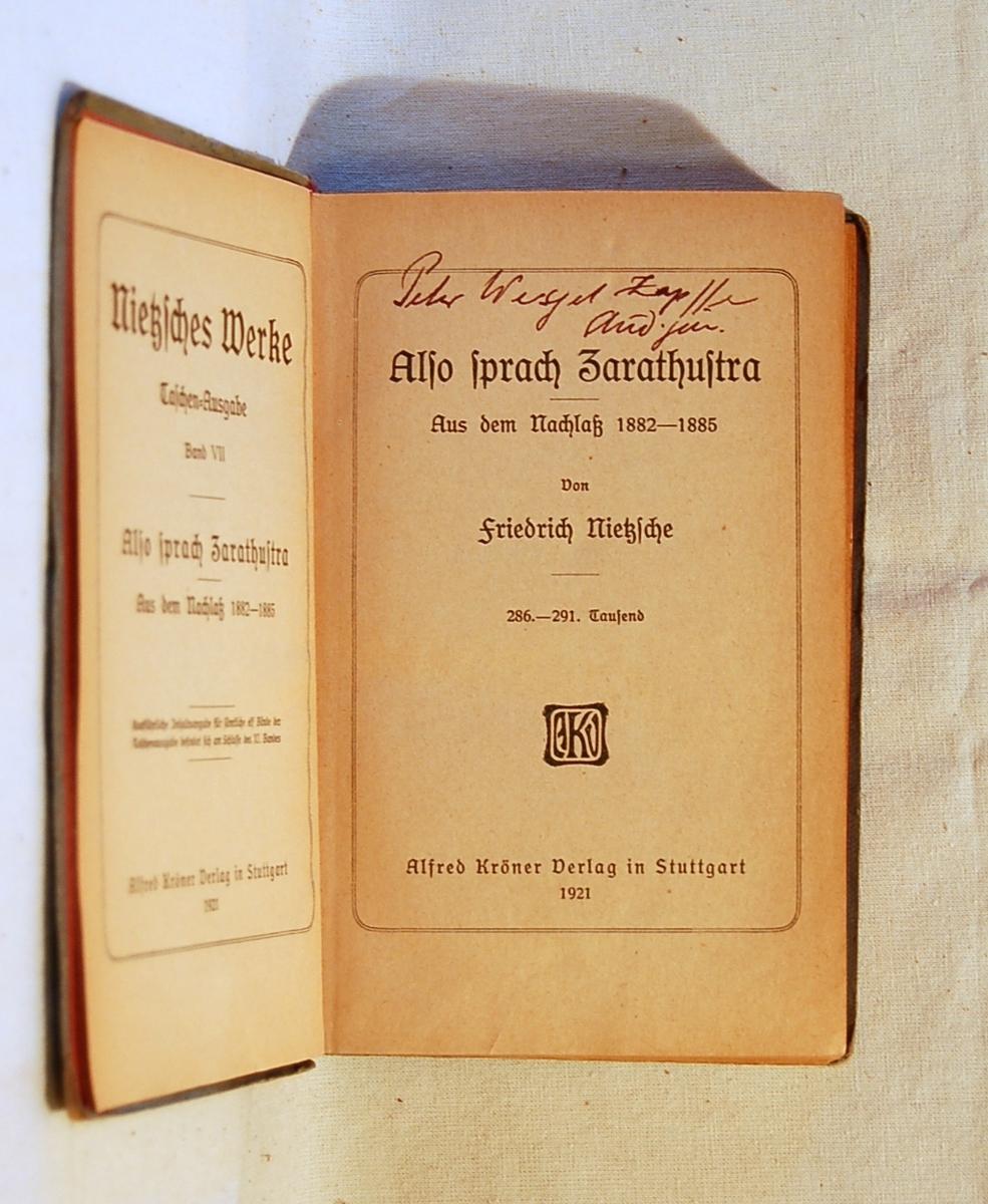 Filosofen Peter Wessel Zapffe og hans kone Berit testamenterte sin eiendom på Båstad i Asker til Universitetet i Oslo. Da det ble besluttet å selge eiendommen i 2009 ble deler av P.W. Zapffes arbeidsrom og andre eiendeler overlatt til Asker Museum. Denne samlingen inngår nå som en permanent utstilling på museet. Bok med blått omslag med gulltrykk. Det er limt inn avisutklipp som handler om Nietzsche i boken.