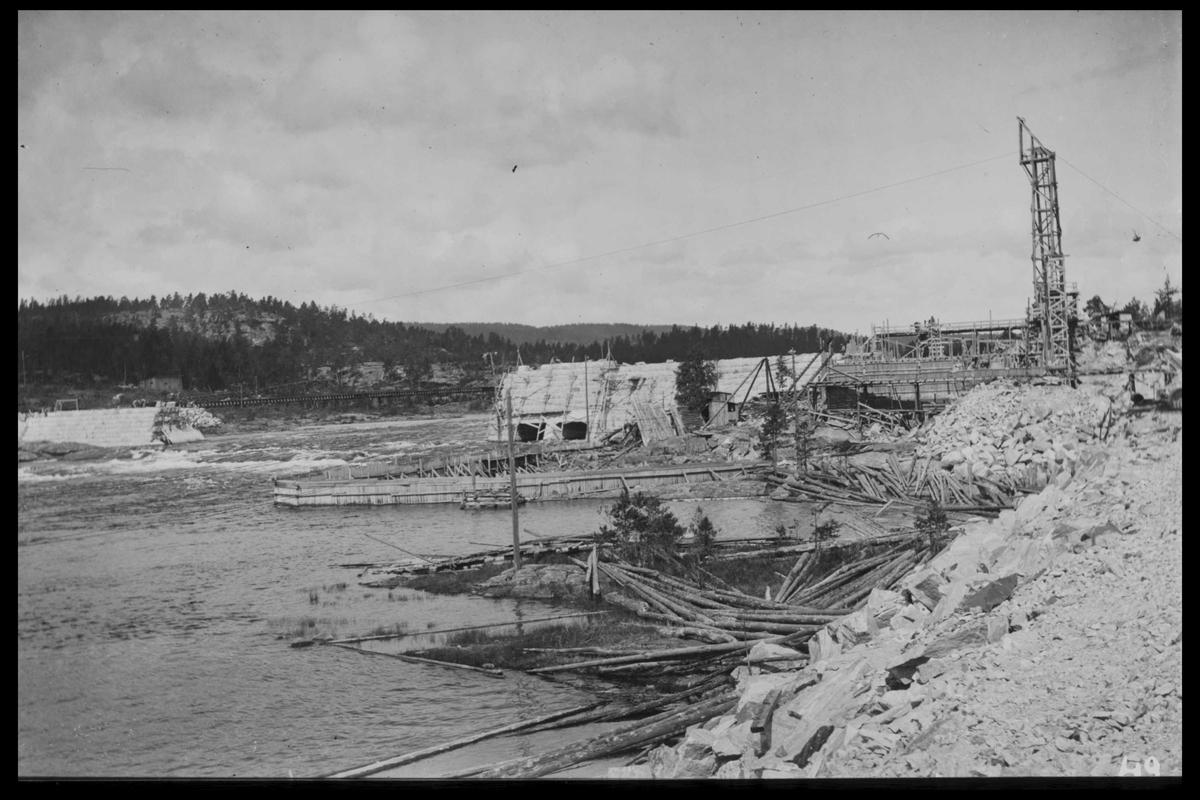 Arendal Fossekompani i begynnelsen av 1900-tallet CD merket 0468, Bilde: 17 Sted: Flaten Beskrivelse: Oversikt fra jernbanen. Dam, kraftstasjonsbygning og taubanemast
