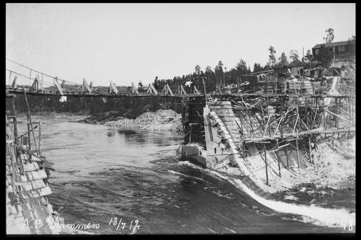 Arendal Fossekompani i begynnelsen av 1900-tallet CD merket 0565, Bilde: 26 Sted: Haugsjå Beskrivelse: Tømmerløp med gangbro