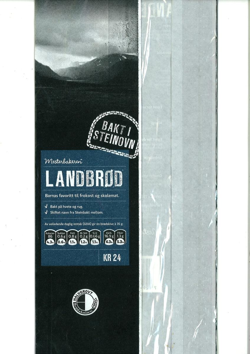 Det er et sort/hvit motiv av en fjord med fjell i bakgrunnen.