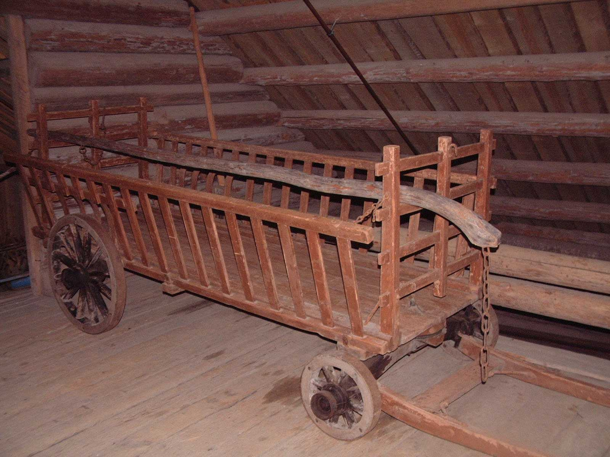 Forstilling med svingflag med doble svingringer og drag. Jernbeslåtte trehjul med svak styrt. Fast framkar og bakkar med beslag (lommer) til fjøler til lokjøring. De loddrette flate jernene ved hjulene er en Thorsesen-patent. Beslagene midt på hekkene er også typisk for Thoresen.