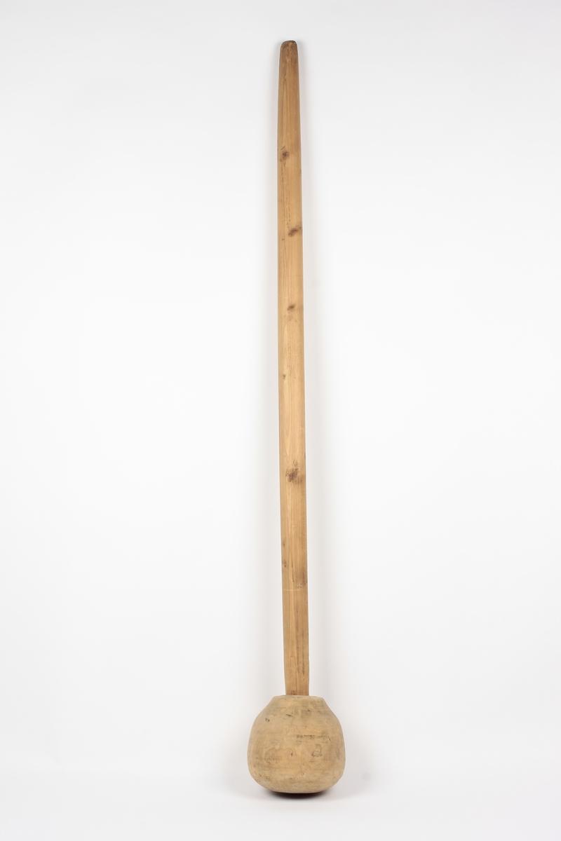 Form: Sirkulært tverrsnitt. Stamperen (støteren) brukt til å elte (stampe) kjøttmat, fiske- mat, poteter og lignende. (Reg.) Skaftet er tappet inn i stamperen som har sirkulært tverrsnitt og smalner mot skaftet. Rett avskåret ved skaftet.